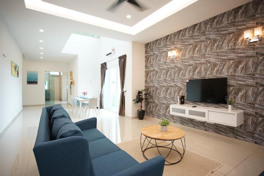 A seating area at Kayangan Villa Melaka by Cobnb