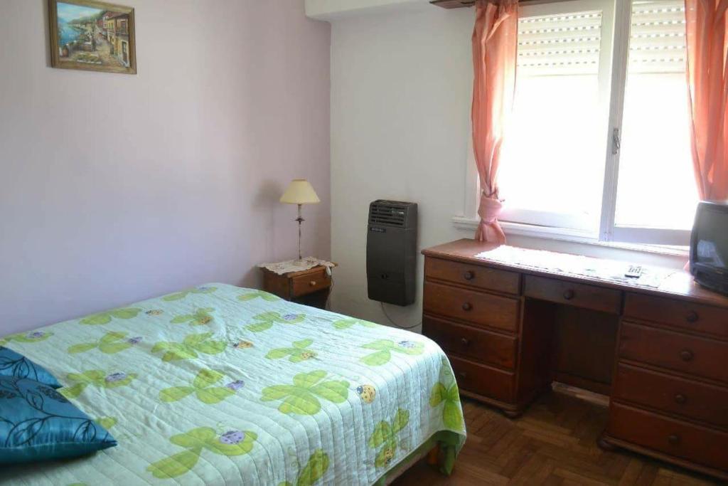 Una cama o camas en una habitación de Departamento para familias (6 personas) totalmente equipado