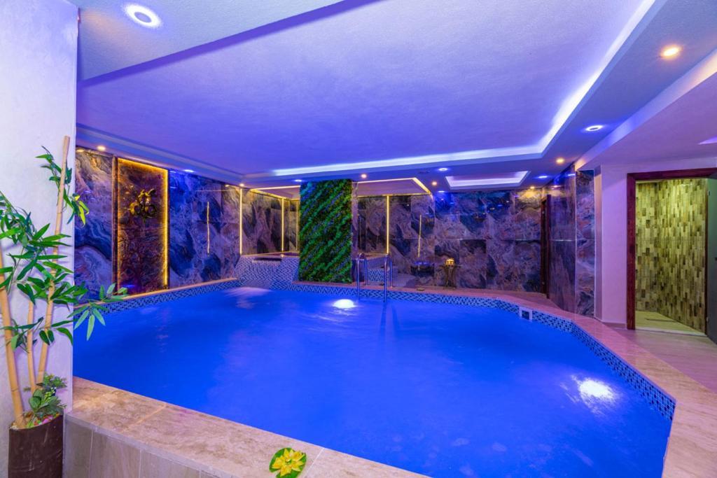 Бассейн в Bekdas Hotel Deluxe & Spa или поблизости