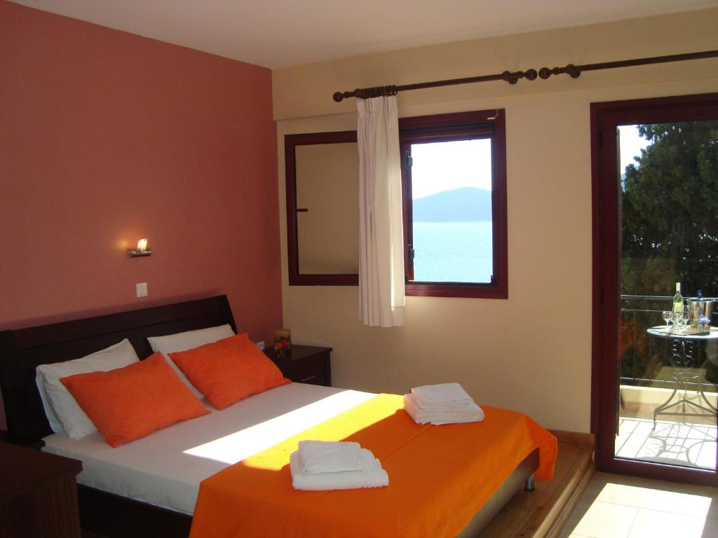A bed or beds in a room at Mikros Gialos Apartments
