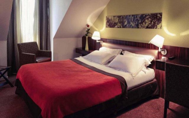 A bed or beds in a room at L'Hôtel d'Alençon