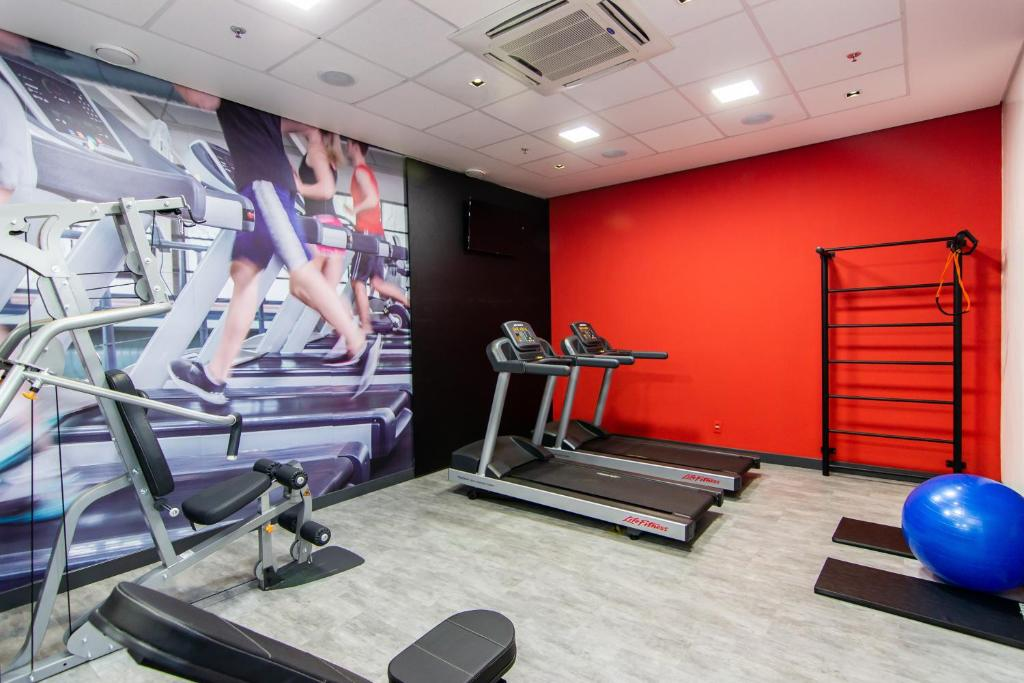 The fitness centre and/or fitness facilities at Ibis Porto Alegre Assis Brasil
