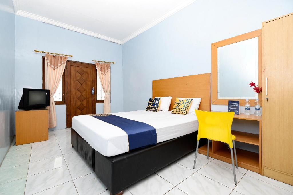 A bed or beds in a room at SPOT ON 2171 Griya Sakura Syariah