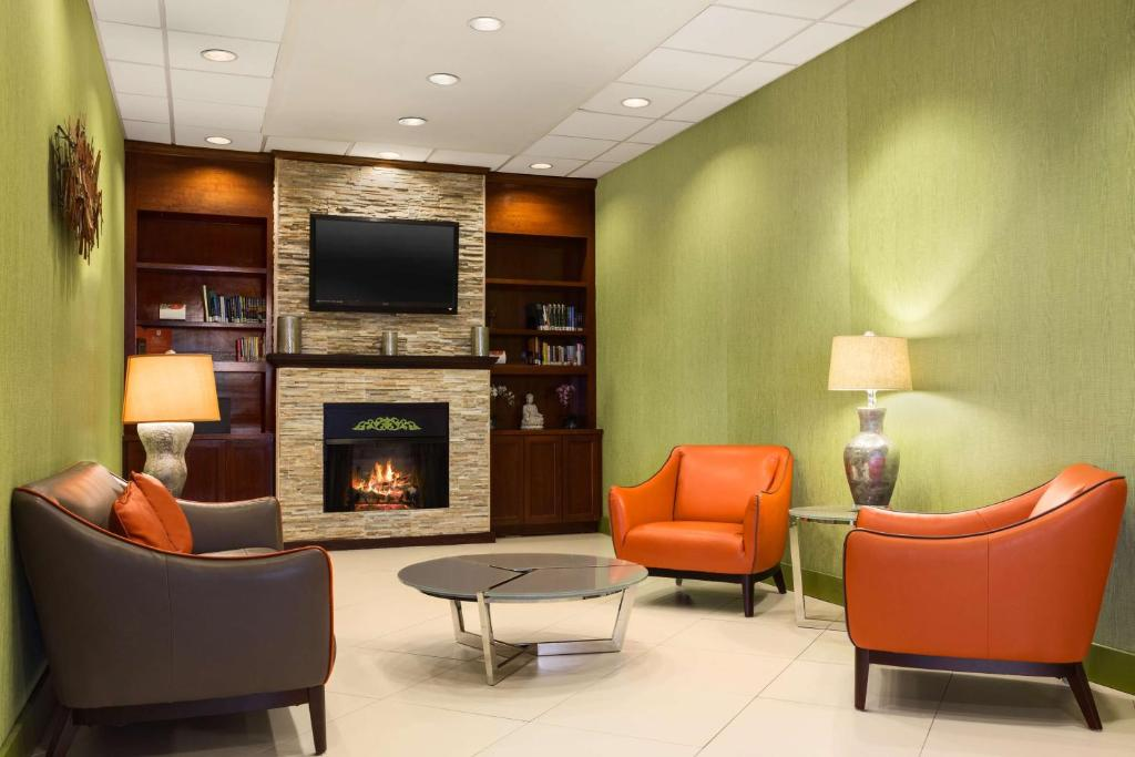 The lounge or bar area at Country Inn & Suites by Radisson, Nashville Airport, TN