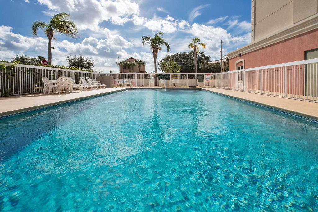 The swimming pool at or near Country Inn & Suites by Radisson Near Universal