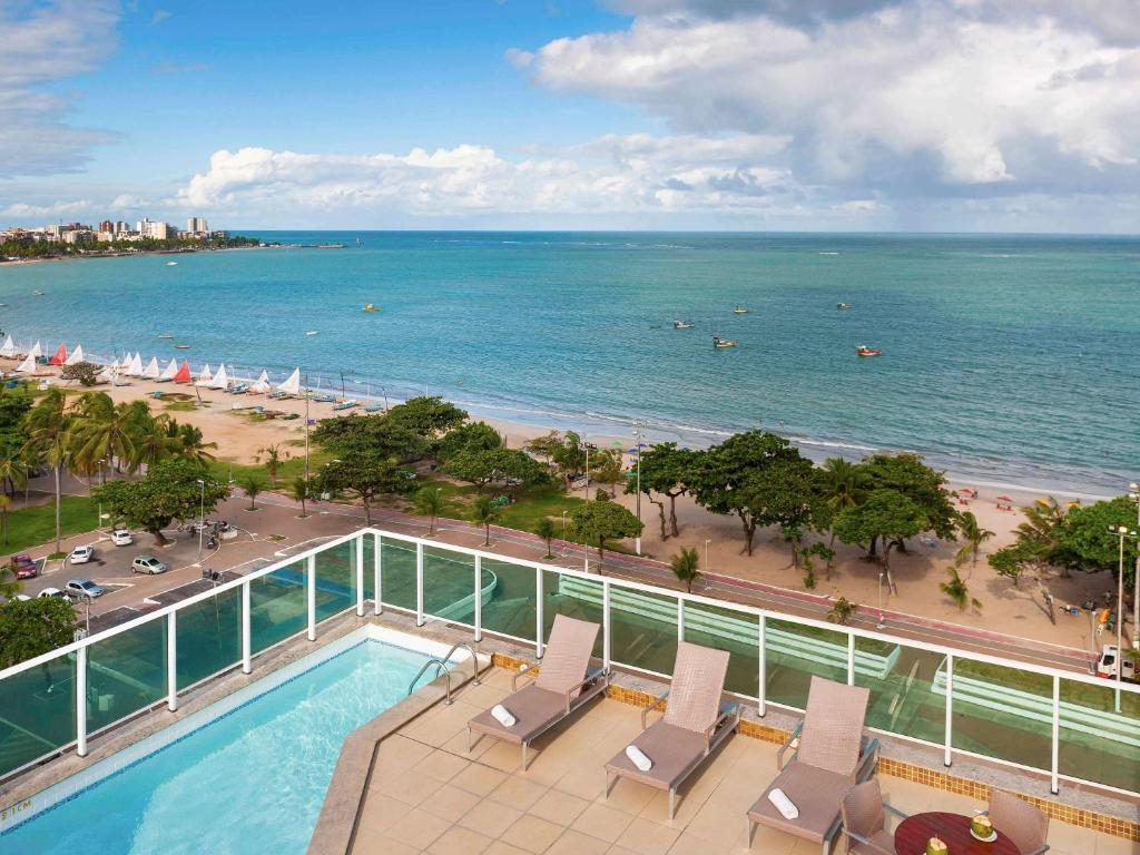 A view of the pool at Mercure Maceió Pajuçara or nearby