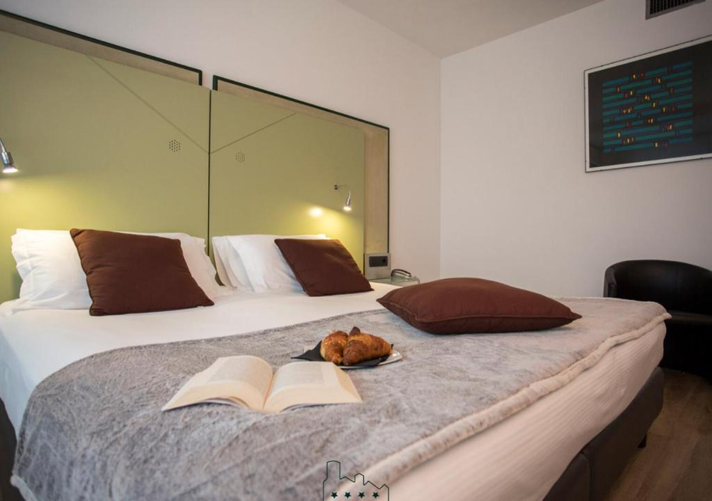 A bed or beds in a room at Hotel Buonconsiglio