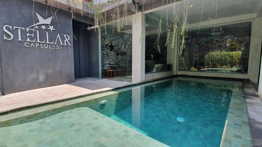 A piscina localizada em Stellar Capsules ou nos arredores