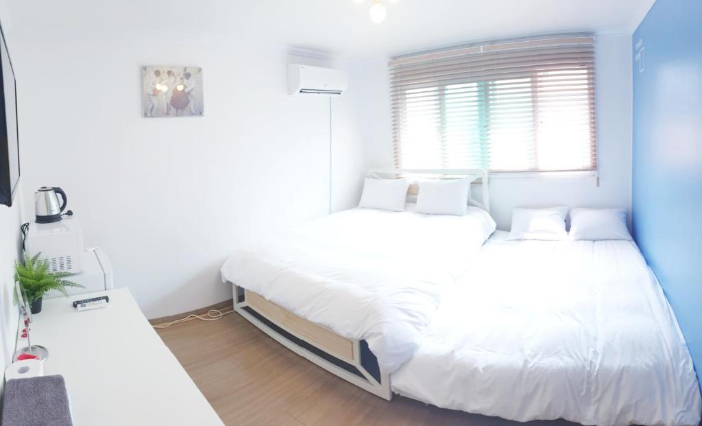 เตียงในห้องที่ Hong Dae Yeontral Youngs 2Q House