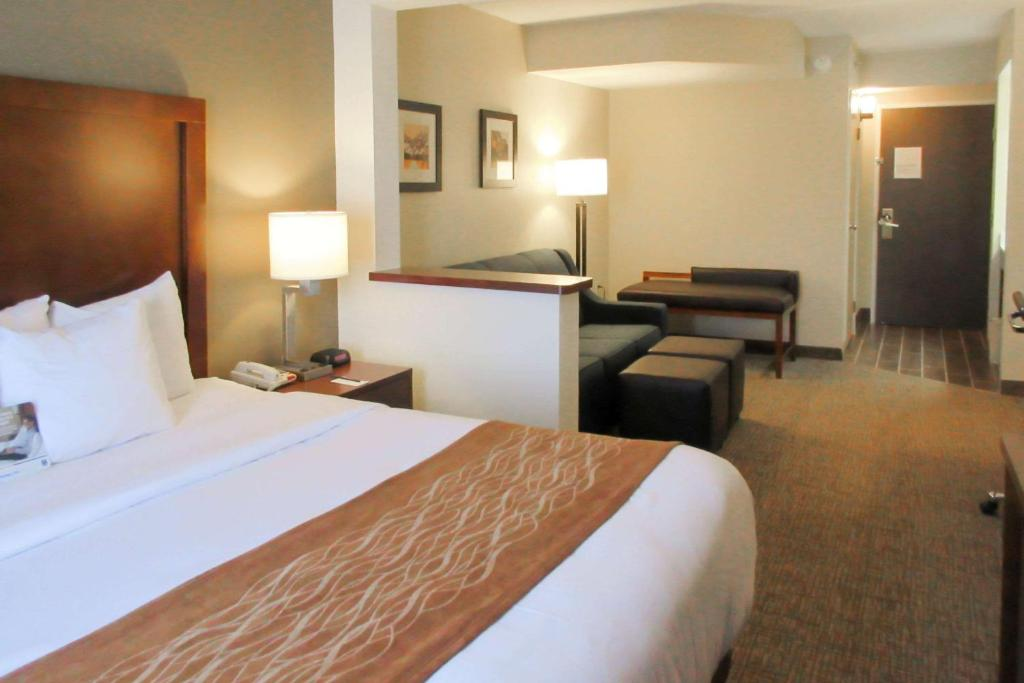A bed or beds in a room at Comfort Inn & Suites Wilkes Barre - Arena