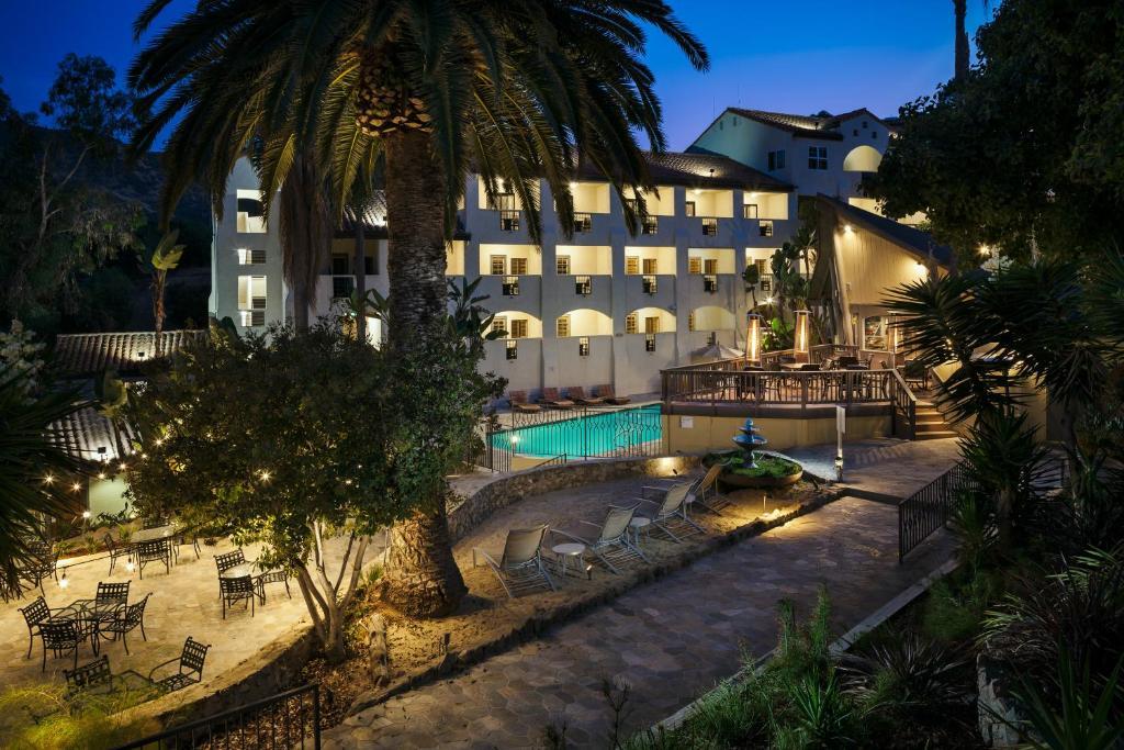The swimming pool at or close to Holiday Inn Resort - Catalina Island