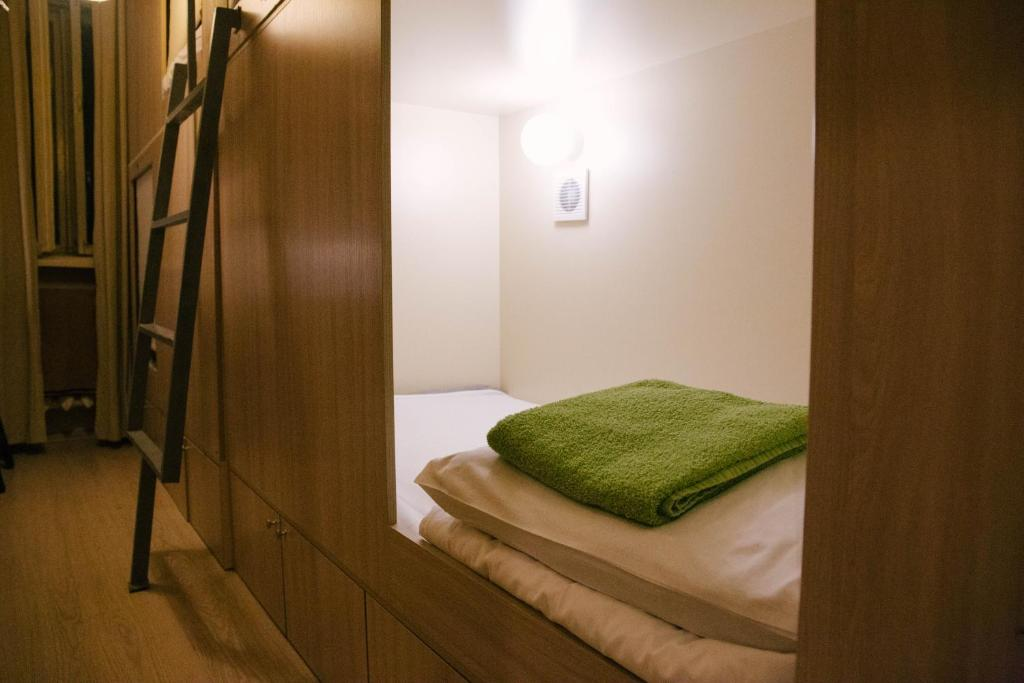 Кровать или кровати в номере Capsule Hostel Yes