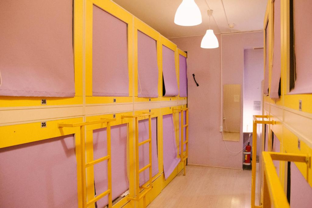Двухъярусная кровать или двухъярусные кровати в номере Capsule Hostel Yes