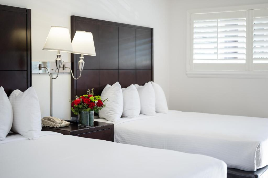 A bed or beds in a room at Alpine Inn near Convention Center and the Park