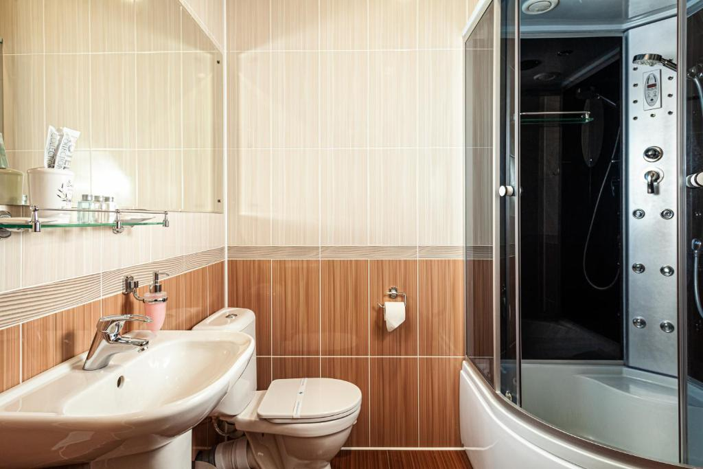A bathroom at Leontopodium Teletskoye