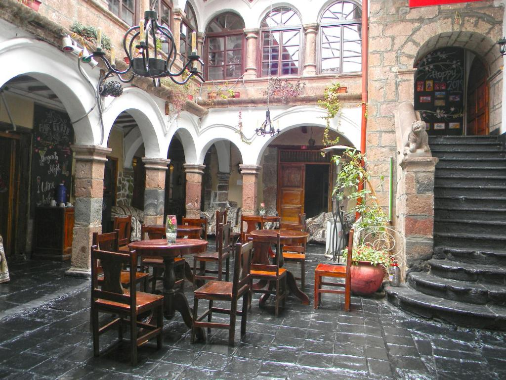 A restaurant or other place to eat at Pirwa Backpackers Colonial