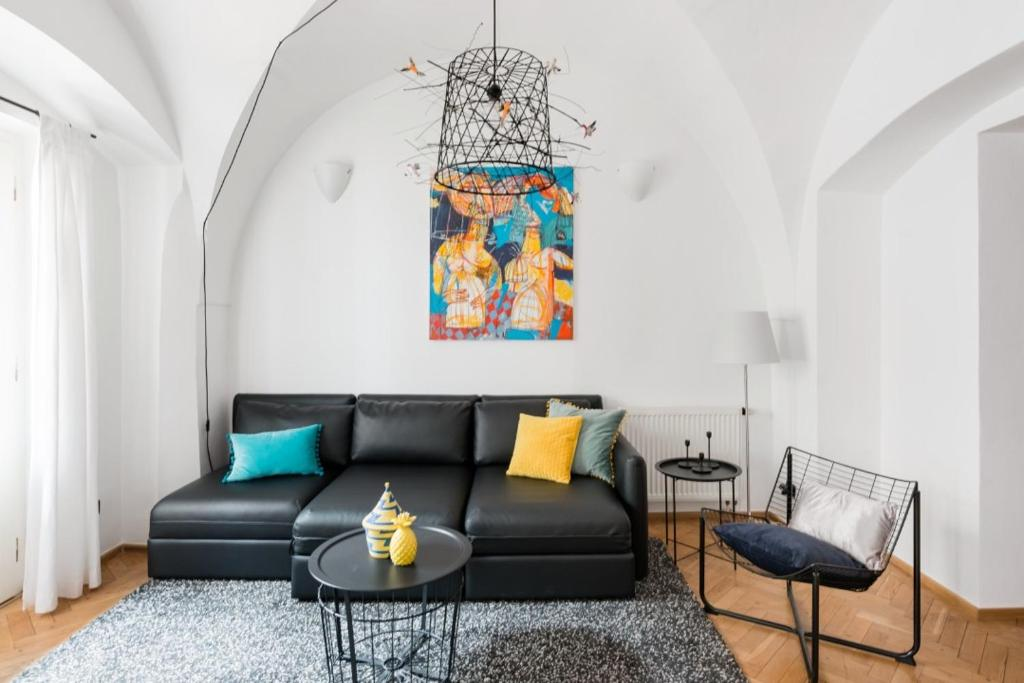 A seating area at Art Apartment in the Heart of Old Town