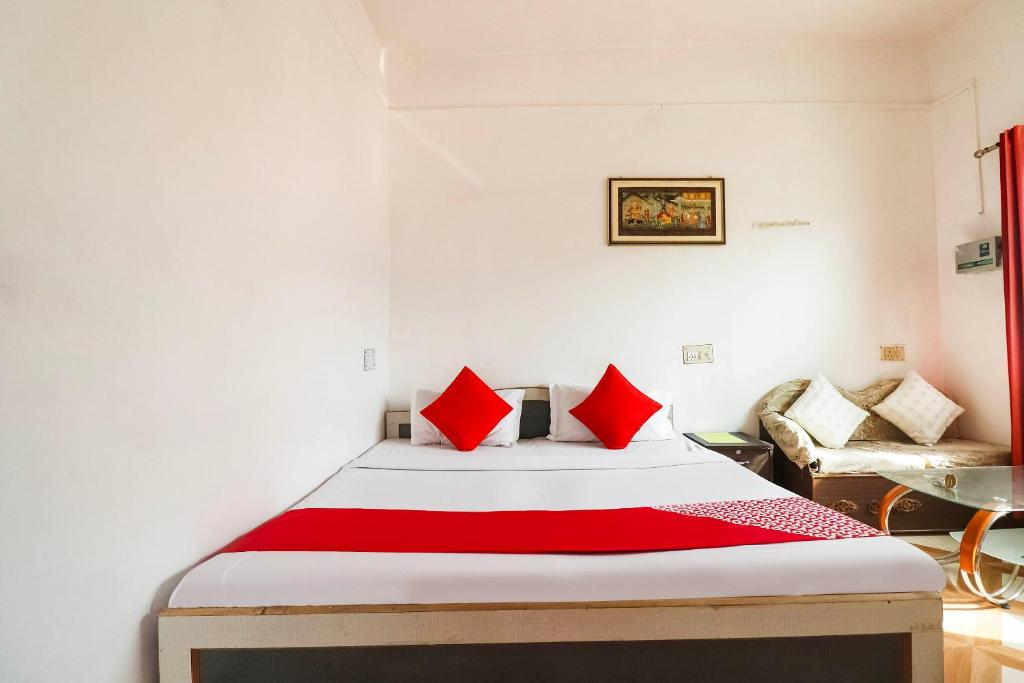 A bed or beds in a room at OYO 66395 Kesher Guest House