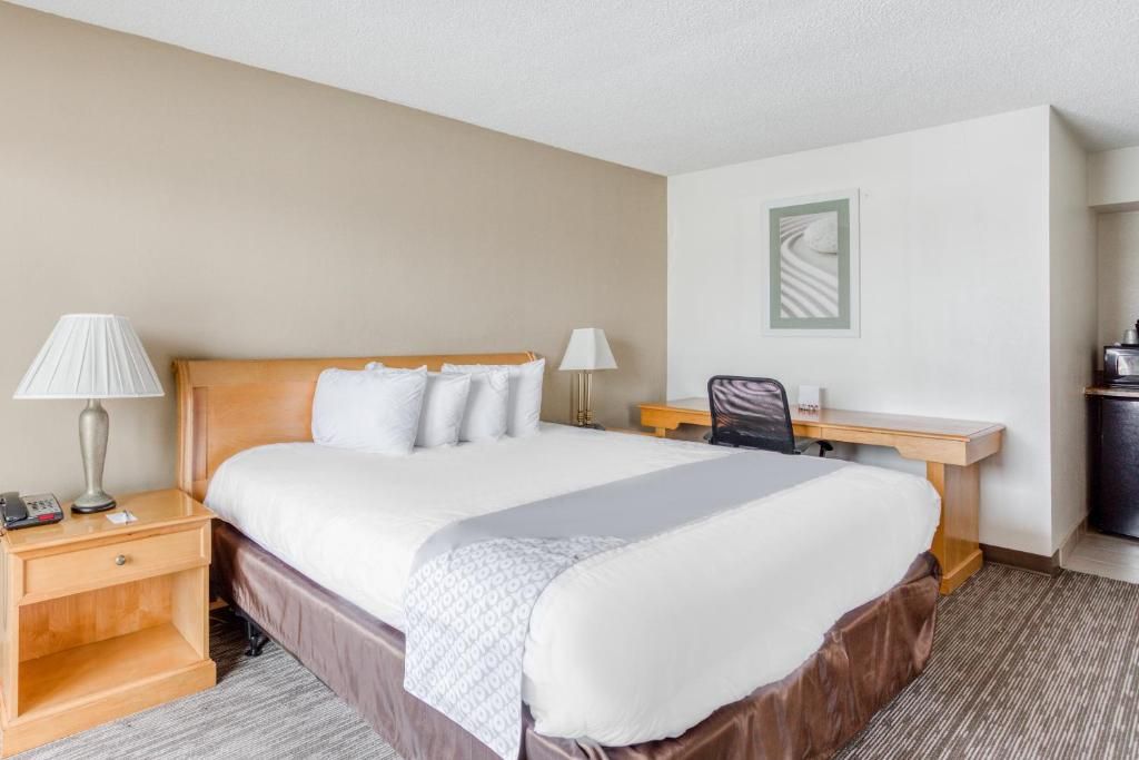 A bed or beds in a room at OYO Townhouse Owensboro West