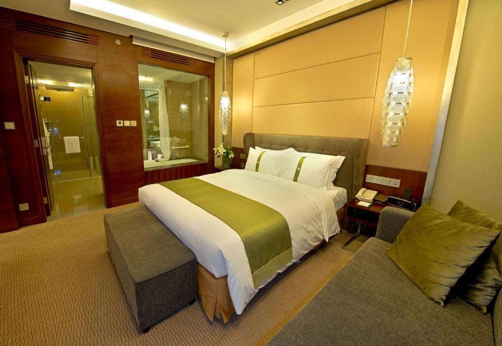 A bed or beds in a room at Holiday Inn Beijing Haidian