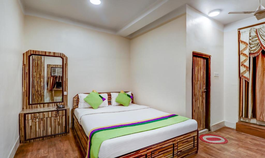 A bed or beds in a room at Treebo Trend Beeu