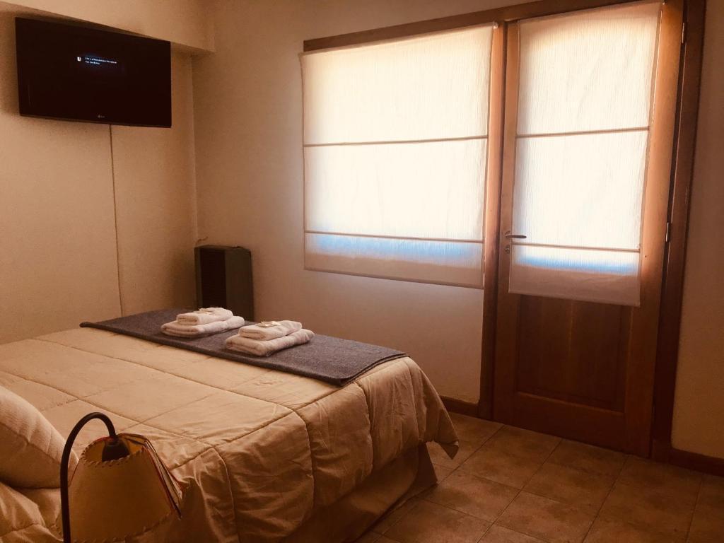Una cama o camas en una habitación de Infinito- Dpto pleno centro, un dormitorio con jardin