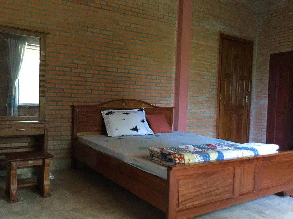 A bed or beds in a room at Nha nghi Sinh Thai Junction Lodge