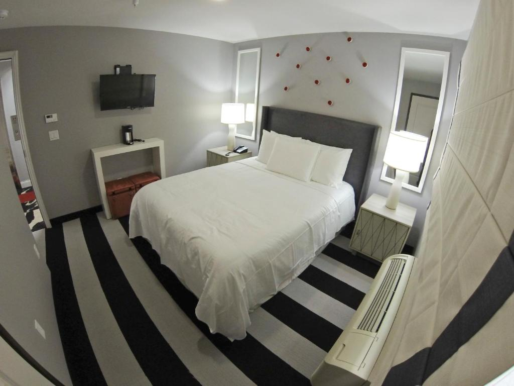 A bed or beds in a room at Hollywood Le Bon Hotel