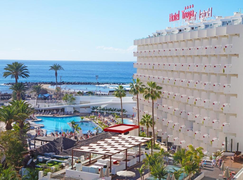Uitzicht op het zwembad bij Hotel Troya of in de buurt
