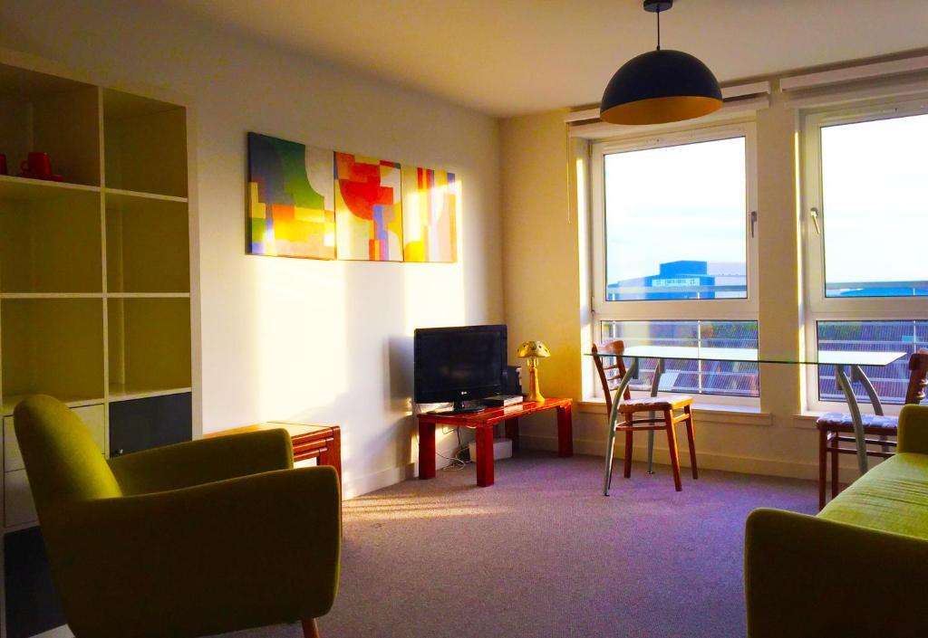 Sunny Edinburgh Apartment