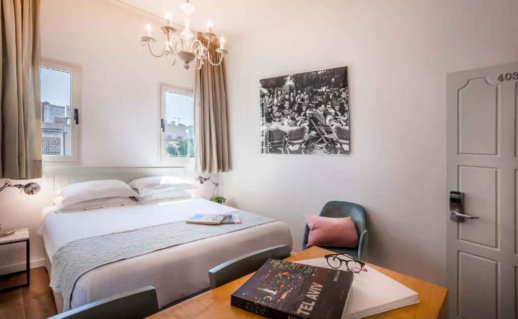 Cama ou camas em um quarto em Dizengoff Suites Hotel