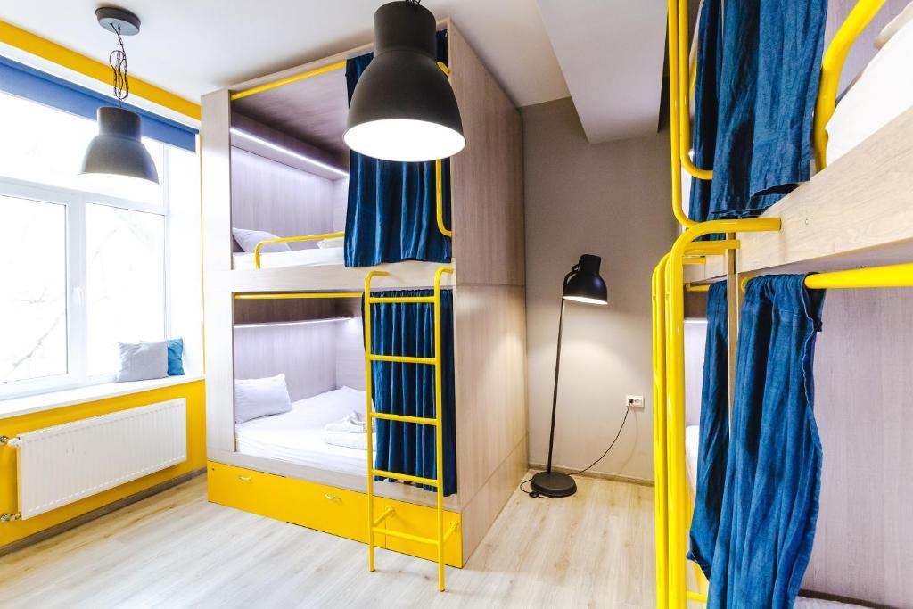 Двухъярусная кровать или двухъярусные кровати в номере Z-One Hostel
