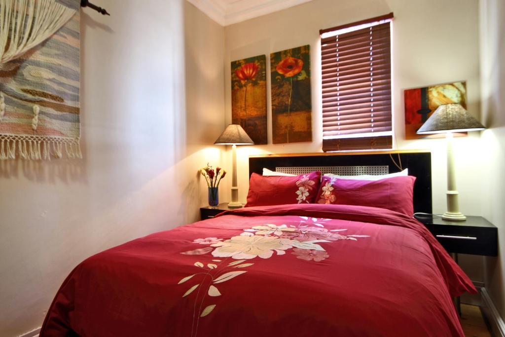 Un pat sau paturi într-o cameră la Forty8 Backpackers Hotel