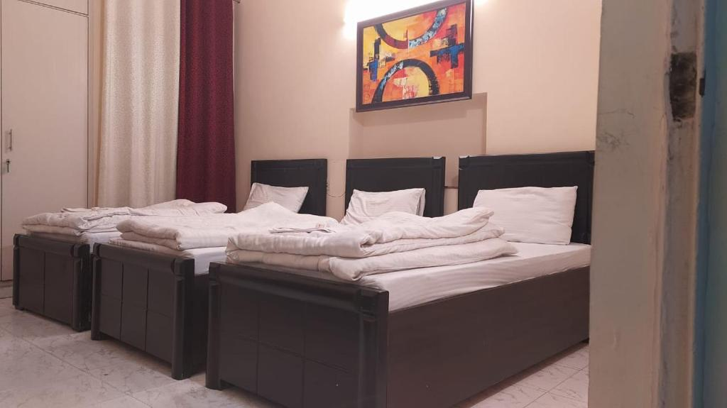 A bed or beds in a room at Maplewood Guest House