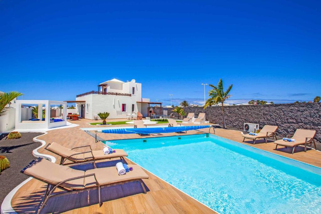 Het zwembad bij of vlak bij Villa Esmeralda