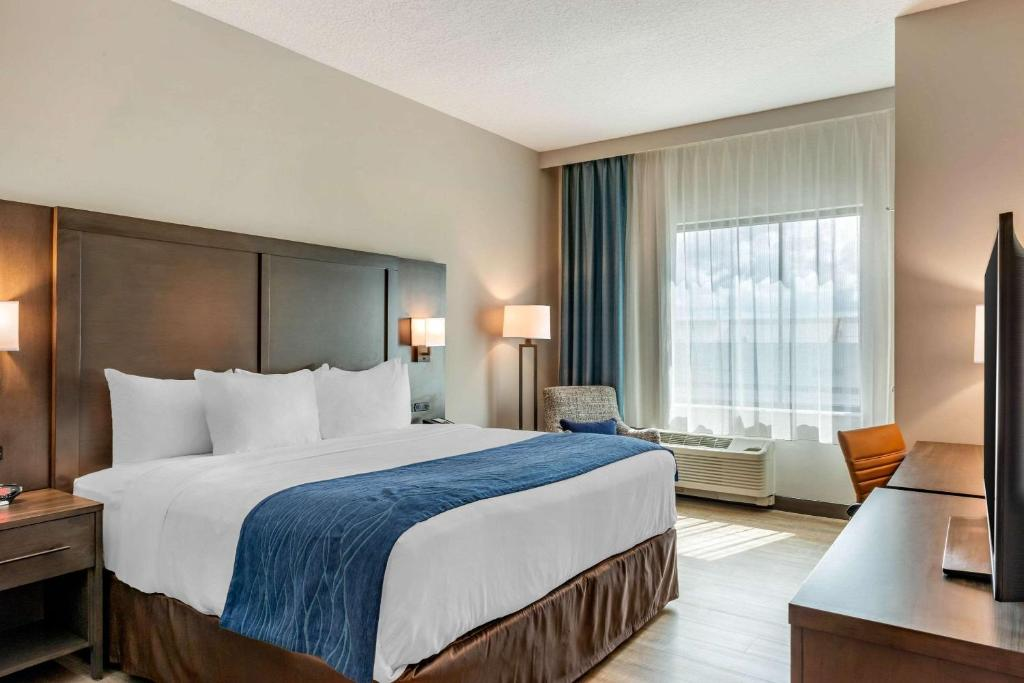 A bed or beds in a room at Comfort Inn & Suites Miami International Airport