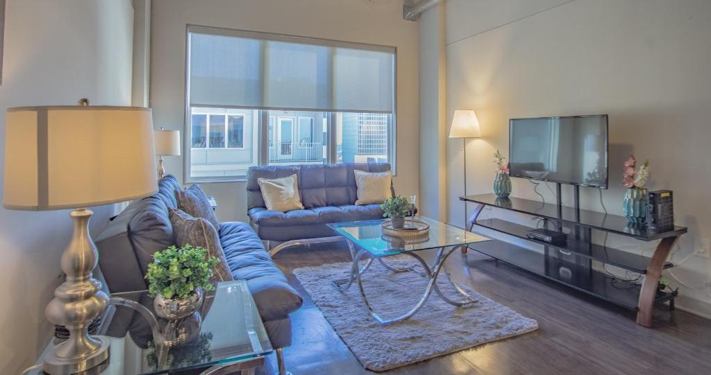 A seating area at Amazing Atlanta Fully Furnished Apartments