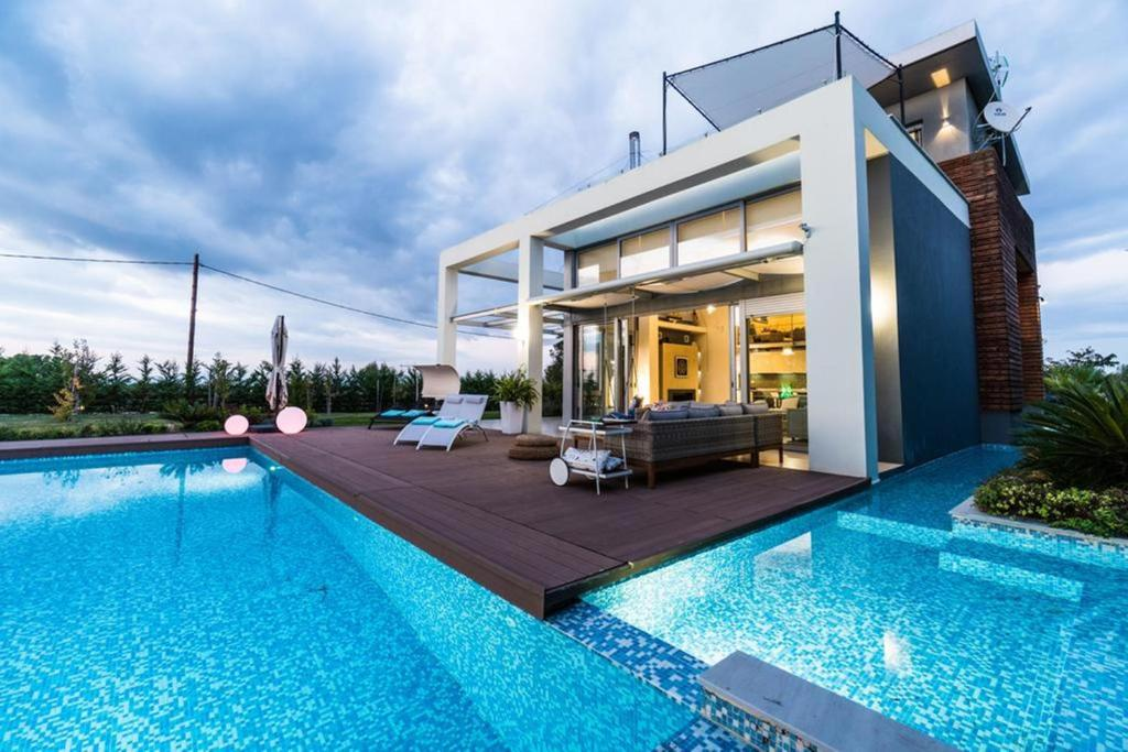 The swimming pool at or close to Island Villa Sani