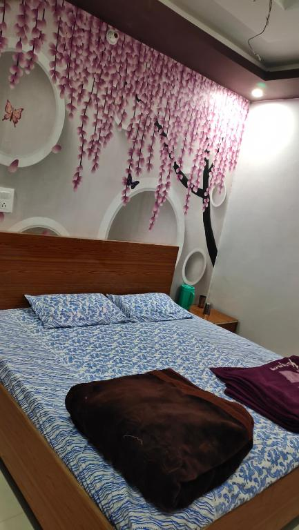 A bed or beds in a room at Holy tripadvisors1003-Prem Mandir