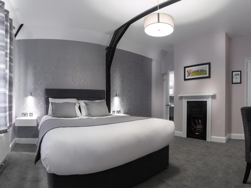 A bed or beds in a room at Qudos
