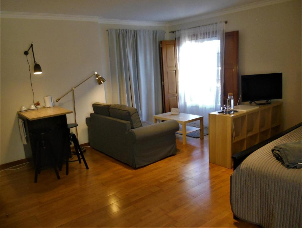 A television and/or entertainment center at Galo Preto - Charming rooms_Sintra