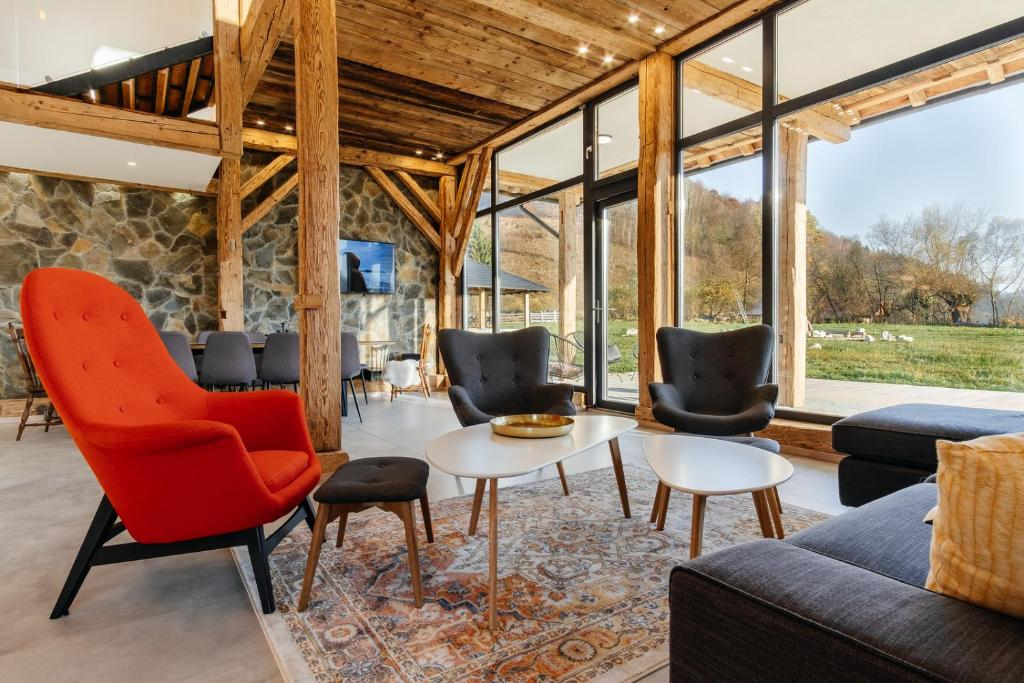 A seating area at Loft Chalet