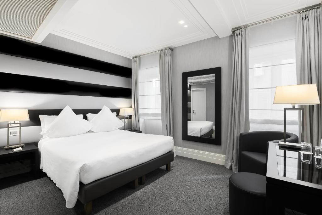 Een bed of bedden in een kamer bij Hotel Mancino 12