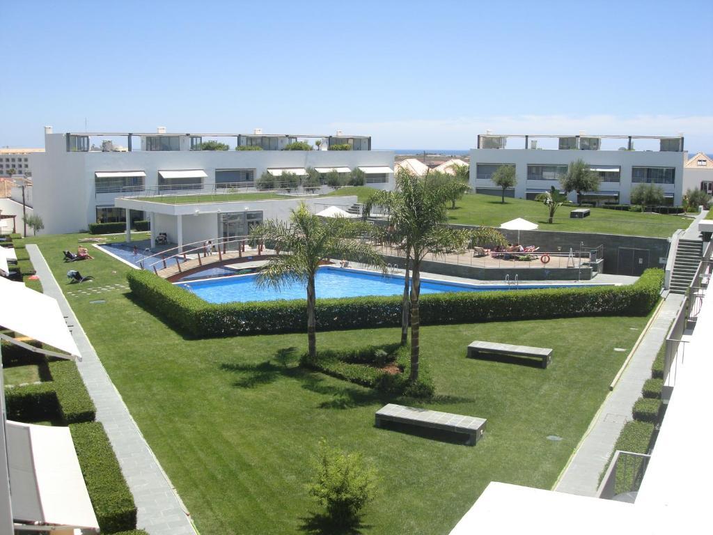 En udsigt til poolen hos Terraços De Tavira eller i nærheden