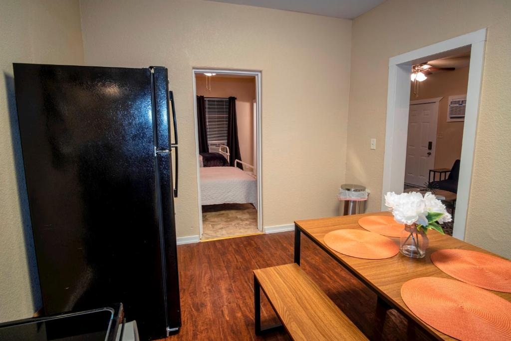 A television and/or entertainment center at Cozy Downtown Guest House 2BR/1BA Sleeps 8