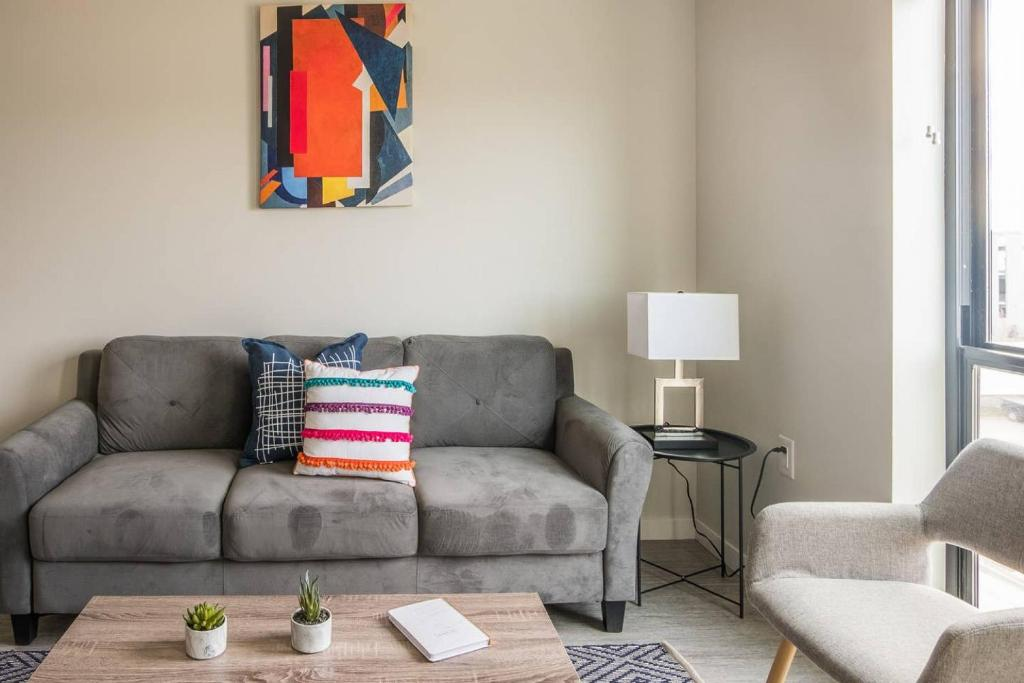 A seating area at Simple and Roomy 1BR Apt with Parking