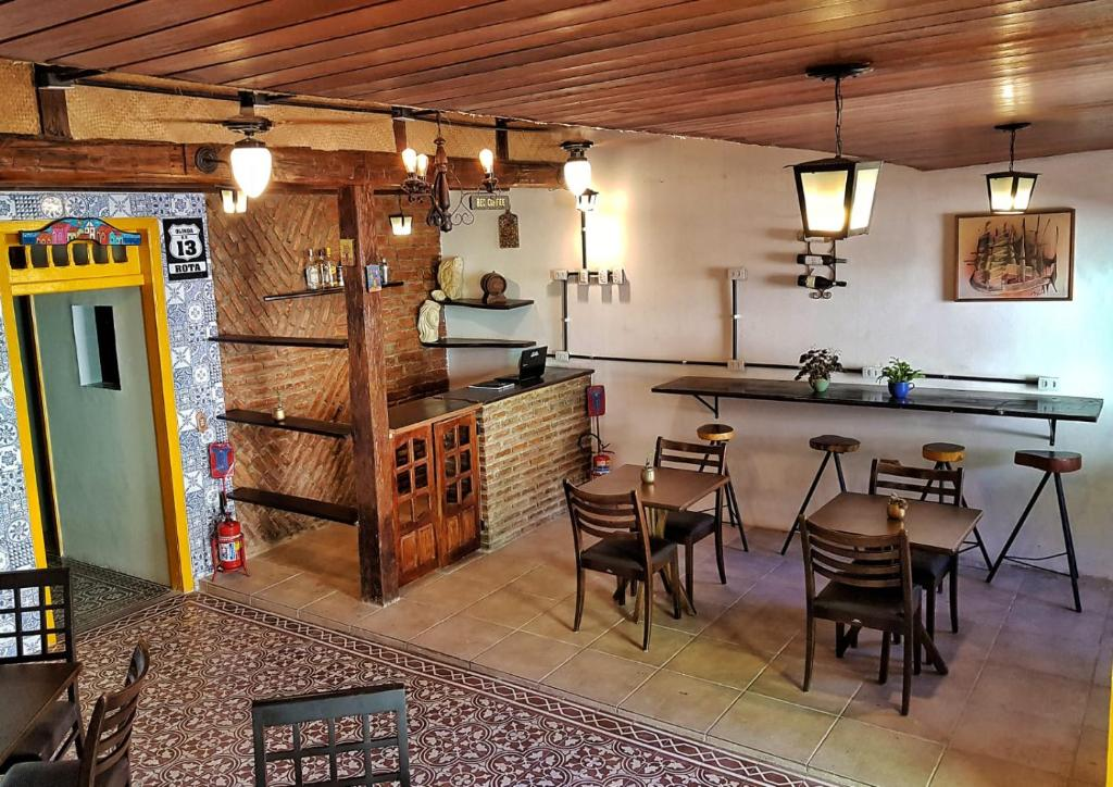 A restaurant or other place to eat at Hostel e Suites Rota Olinda
