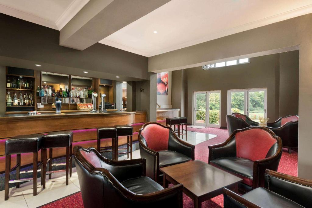 The lounge or bar area at Ramada Hotel Warwick