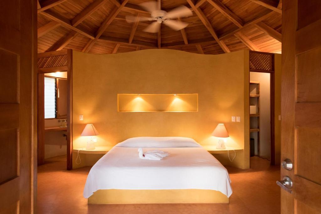 Cama ou camas em um quarto em Hotel Playa Negra
