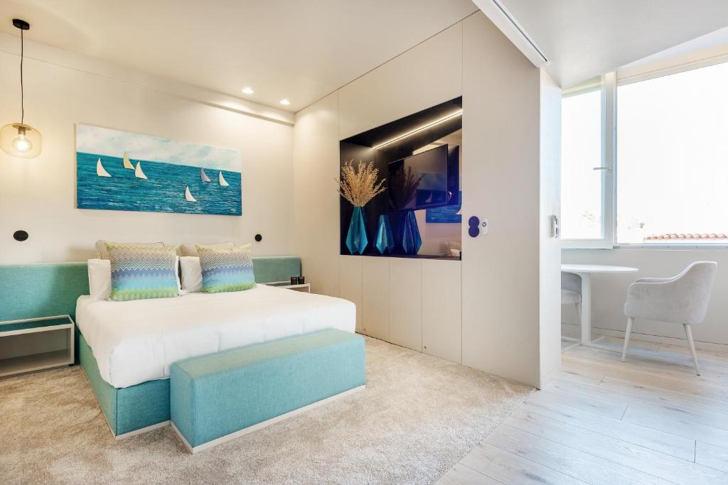 A bed or beds in a room at Luxury Apartment Suite & Terrace Historic Center of Cascais